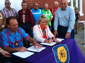Gov. Fallin and Chief Batton sign tag compact