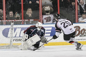 Daniel Barczuk (25) swoops in on Tulsa goalie Kevin Carr during the shootout on Friday night. Photo: Oilers