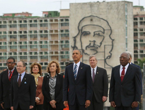 Obama poses in Cuba in front of image of mass murder Che Guevara
