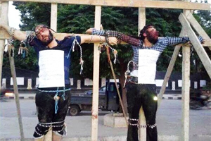 ISIS crucified two Syrian citizens accused of having spoken against ISIS.