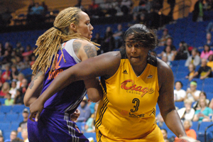Courtney Paris (#3, yellow jersey) battles Brittany Griner (blue jersey)